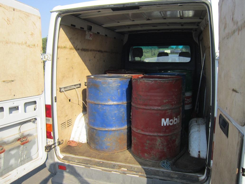 Olej napędowy przewożony był w metalowych beczkach o pojemności 200 litrów każda