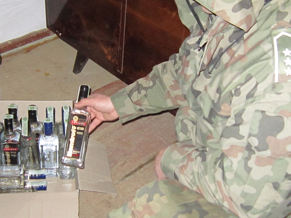 Na posesji zatrzymanego ujawniono dodatkowo 7 litrów alkoholu również pochodzącego z przemytu