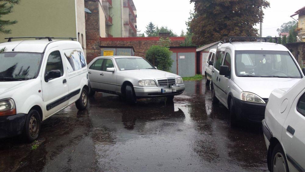 Kierowca porzucił swój pojazd na parkingu blokując dojazd mieszkańcom bloku przy ul Jagiellonskiej 58