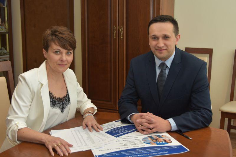 Agnieszka Wilk, z-ca Gminnego Komisarza Spisowego w Brzozowie i Szymon Stapiński, burmistrz Brzozowa
