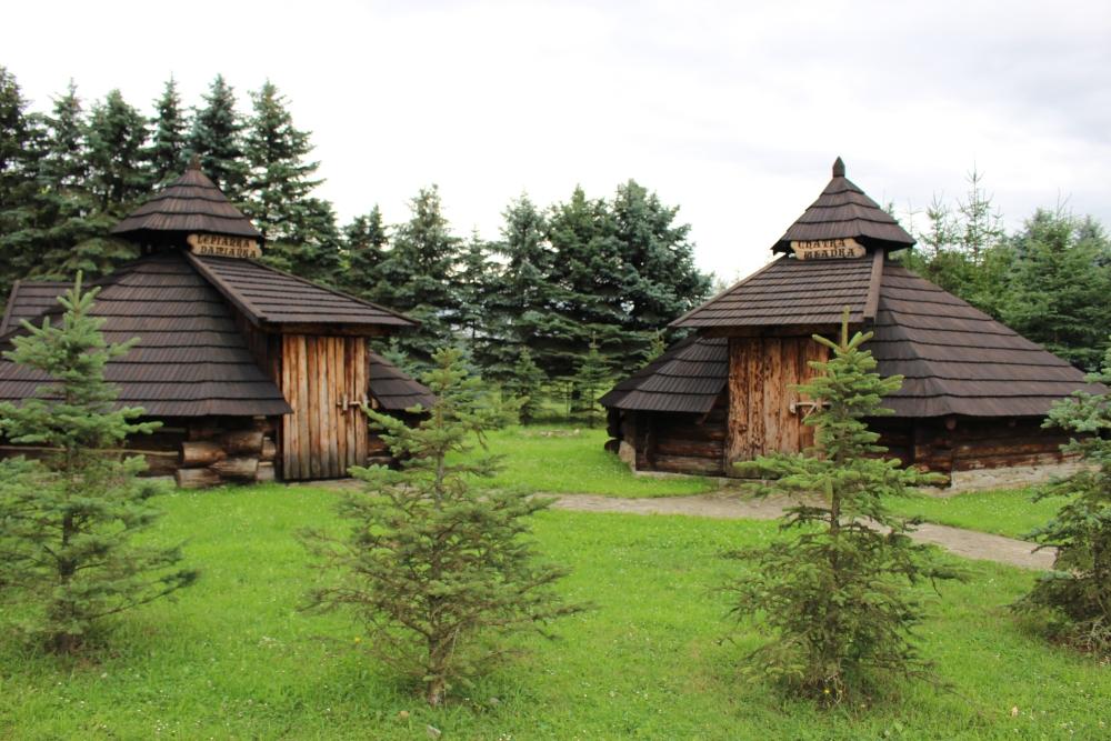 """Nazwy kolib: """"Lepianka Damianka"""" i """"Chatka Władka"""", przechodzą do historii. Foto: archiwum Esanok.pl"""