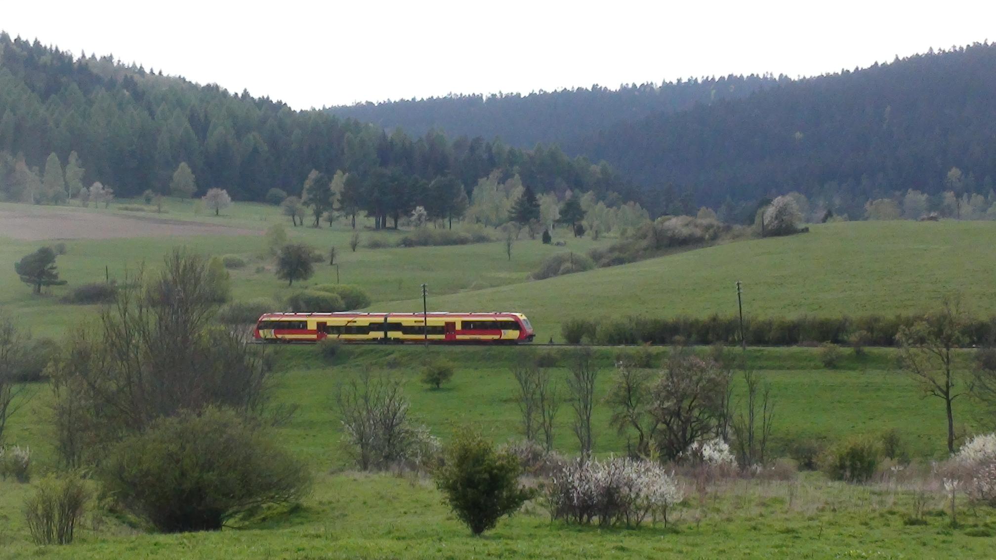 Linia kolejowa nr 107 jest jednym z najbardziej malowniczo położonych szlaków kolejowych w Polsce  (fot. Jerzy Zuba)