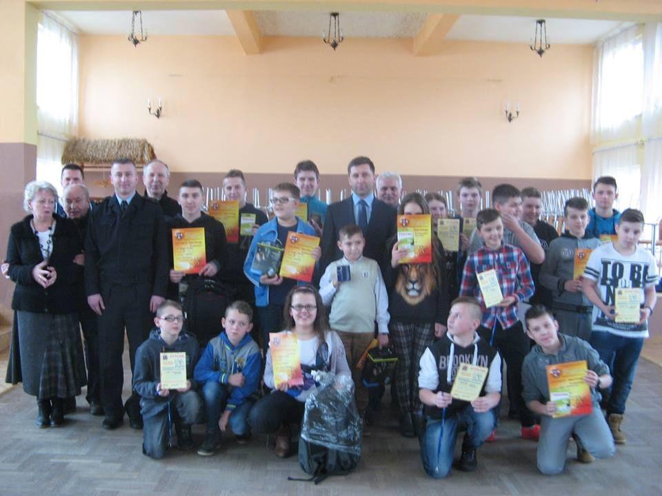 Pamiątkowe zdjęcie uczestników turnieju (fot. arch SP Poraż)
