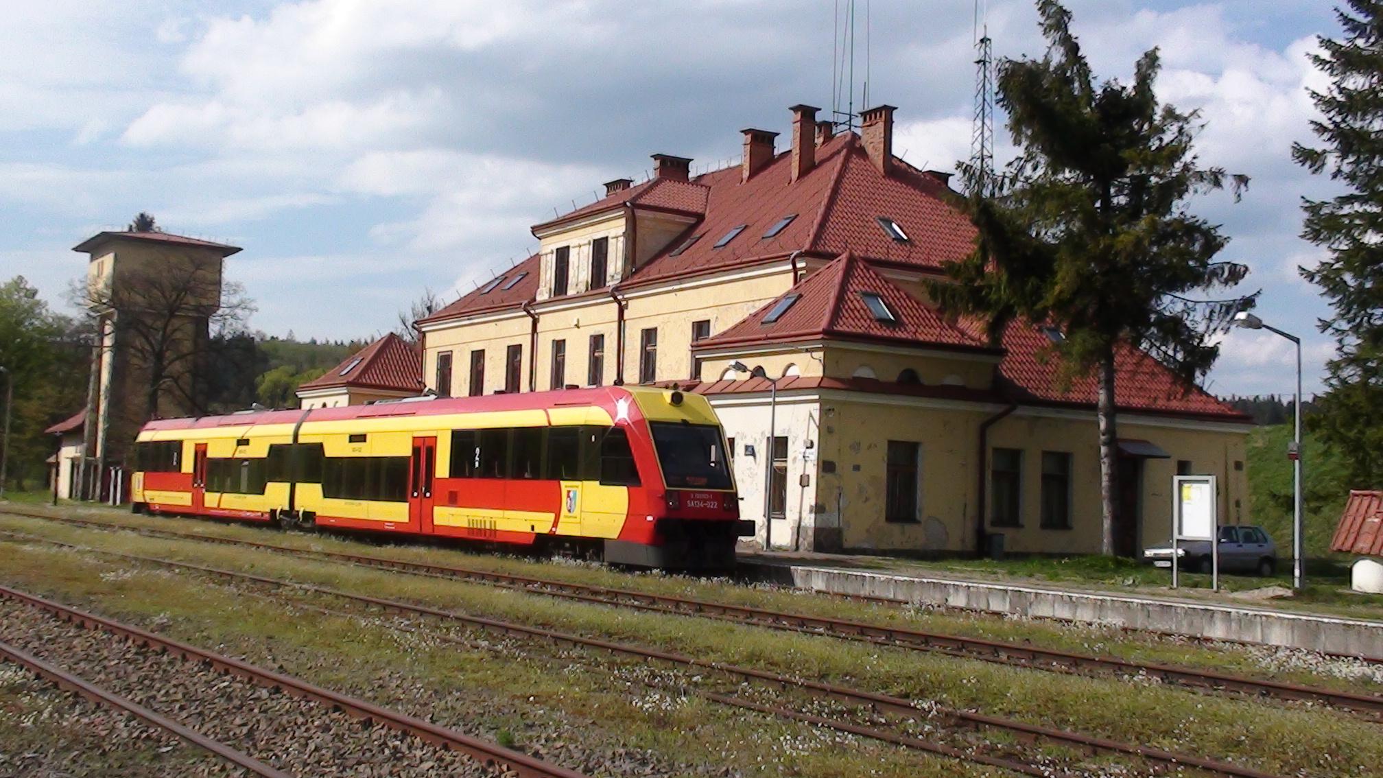 Pociąg Bieszczadzki Żaczek na stacji w Łupkowie (fot. Jerzy Zuba)