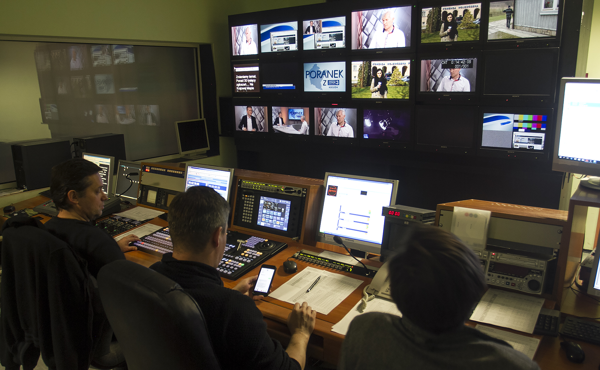 Reżyserka TVP3 Rzeszów w trakcie emisji programu porannego
