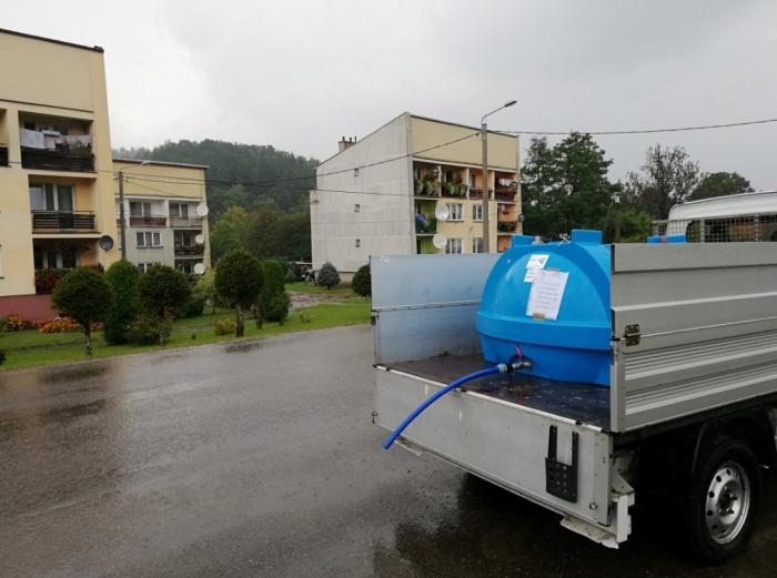 Foto Tomasz Święch: W takich pojemnikach Gmina Zagórz dostarczała wodę mieszkańcóm Średniego Wielkiego