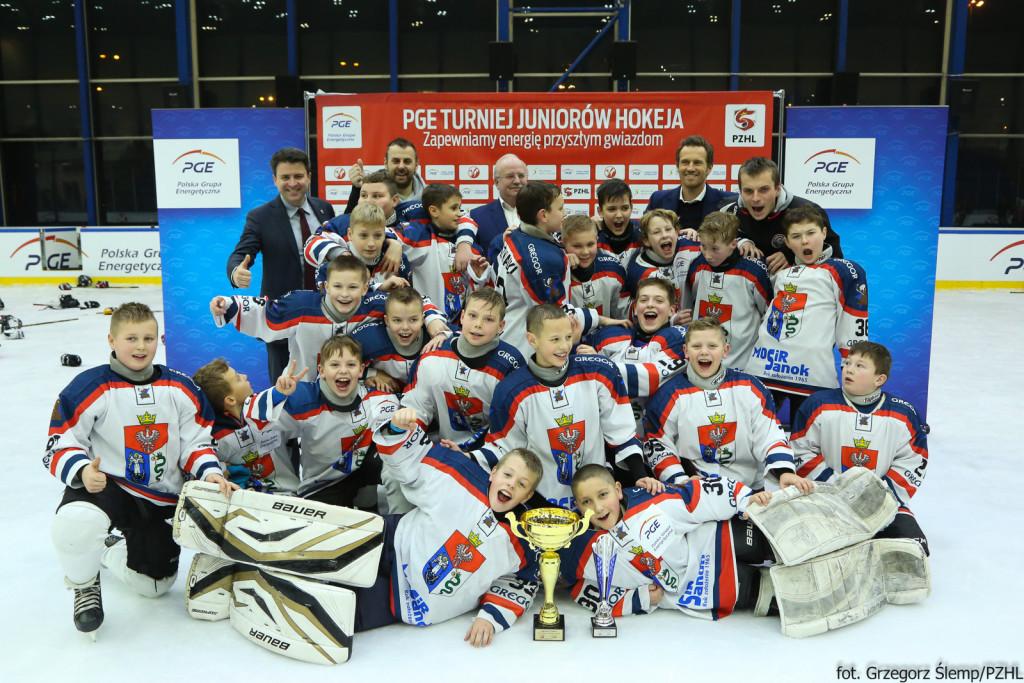 Żacy młodsi z Sanoka triumfowali w całej imprezie z kompletem zwycięstw. Foto: Grzegorz Ślemp/PZHL