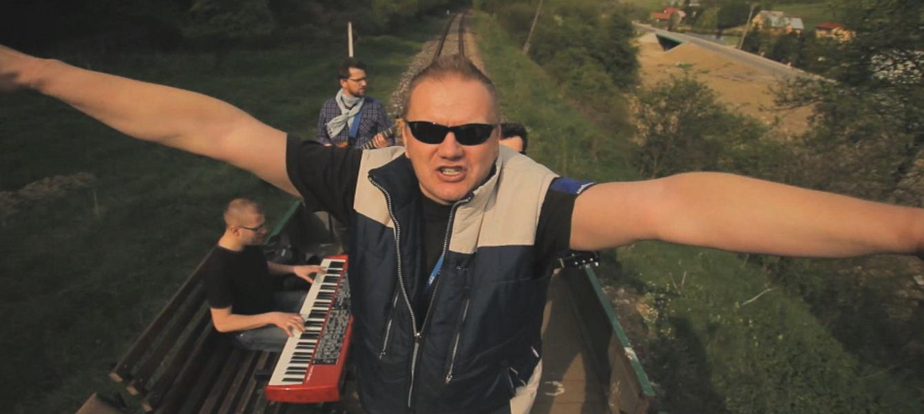 """foto: kadr z teledysku """"Stacja Zagórz"""" - Jerzy Zuba & Bieszczadersi"""
