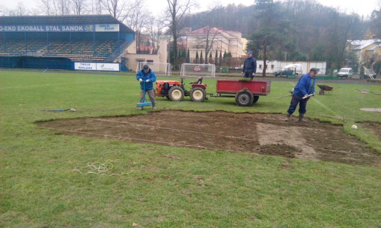 Prace podczas renowacji płyty boiska na stadionie Wierchy