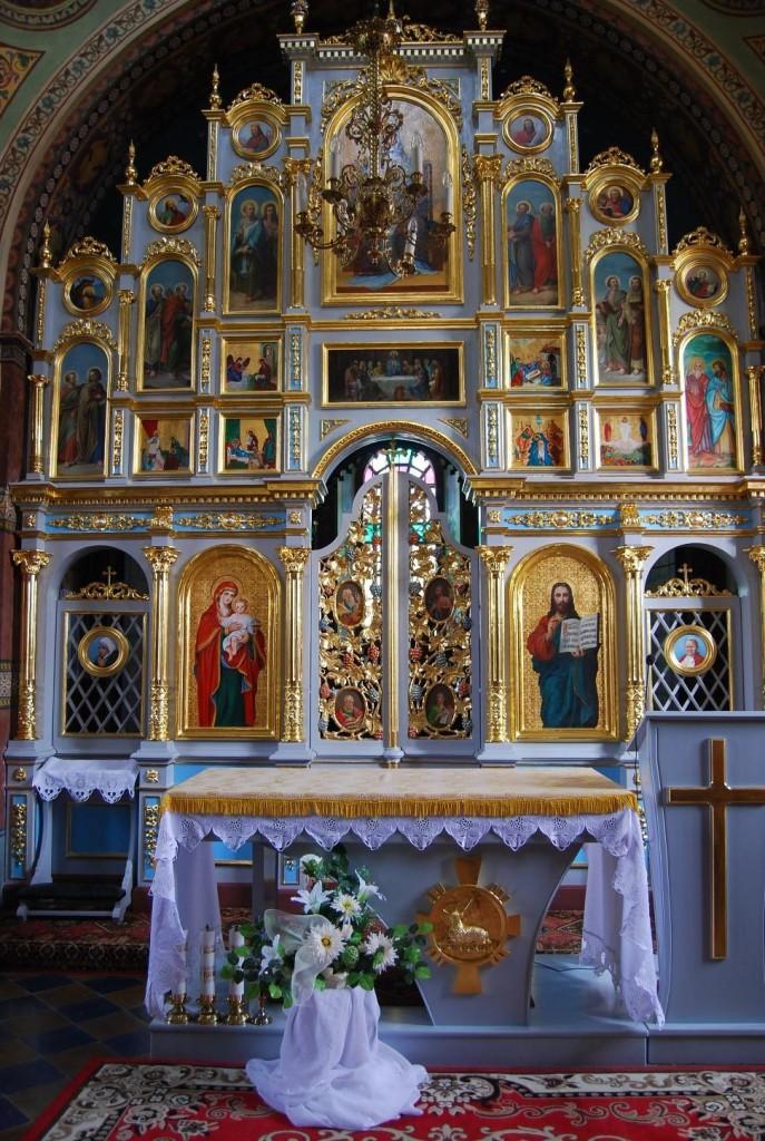 Foto: Puste dotąd przestrzenie drzwi diakońskich wypełniają teraz ikony nowych świętych
