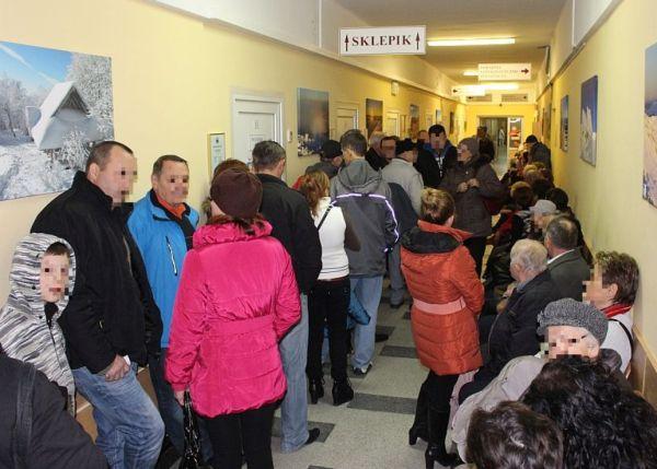 Foto: Tłum pacjetów przed punktem pobrań krwi w sanockim szpitalu