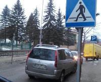 """PARKOWANIE PO SANOCKU: """"Z wózkiem przejść nie można"""". Pasy to idealne miejsce na postój (ZDJĘCIA)"""