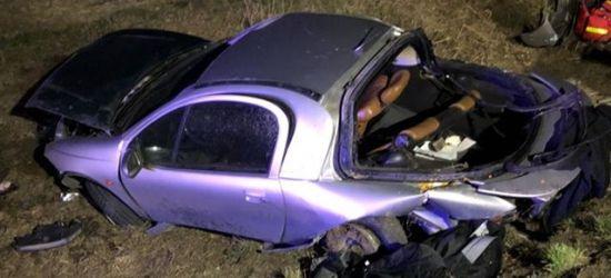 Pijany 18-letni kierowca wjechał do rowu i dachował. Pasażer ma poważne obrażenia (FOTO)