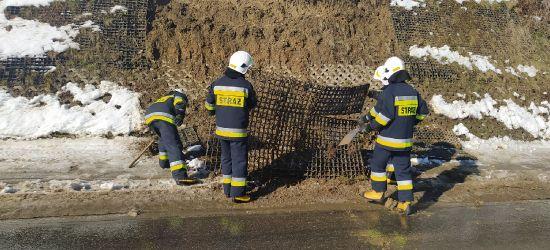 PORAŻ: Osuwisko przy głównej drodze. Pomogli strażacy OSP (ZDJĘCIA)