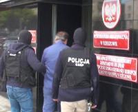 Fikcyjny handel telefonami komórkowymi, 7 zatrzymanych. Policjanci z rzeszowskiego CBŚP zapobiegli wyłudzeniu kilkumilionowego zwrotu podatku VAT [VIDEO]