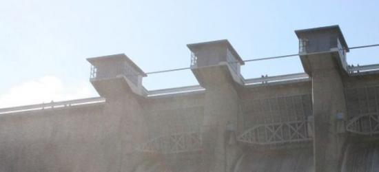 Niszczyli kosze na zaporze wodnej w Solinie