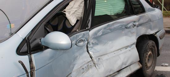 UWAGA / SANOK: Groźne zderzenie osobówki z autobusem. Ruch na Dąbrówce odbywa się wahadłowo (ZDJĘCIA)