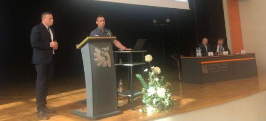 Sanocki policjant, jako tłumacz – podczas ogólnopolskiej konferencji (ZDJĘCIA)