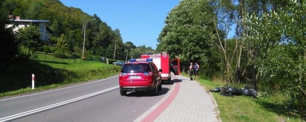 17- letni motocyklista wypadł z drogi i uderzył w drzewo