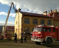 NIEBIESZCZANY: Silny wiatr uszkodził dach na szkole podstawowej (ZDJĘCIA)