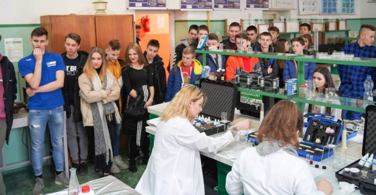 """Po praktyczną wiedzę i zawód do """"Mechanika"""". Rzesze młodzieży na Dniu Otwartym w Zespole Szkół Nr 2"""