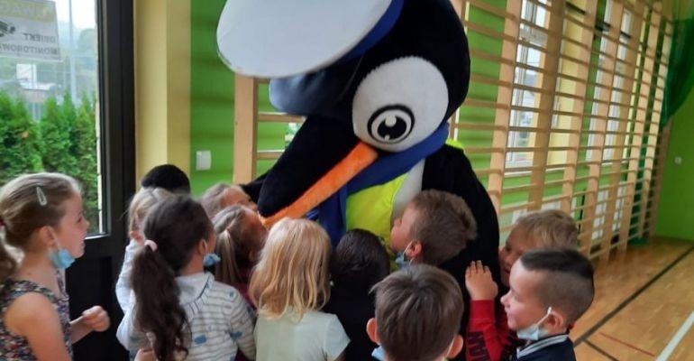 Policyjny pingwin odwiedza dzieci w szkołach. O zasadach bezpieczeństwa (ZDJĘCIA)