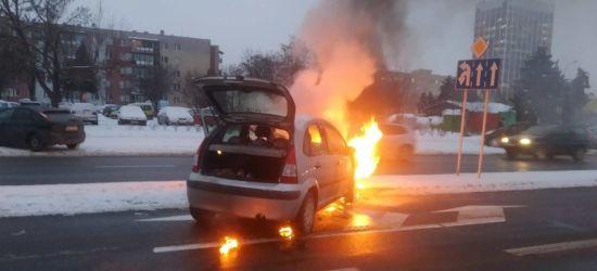 PODKARPACIE: Żołnierz w akcji gaśniczej płonącego samochodu (ZDJĘCIE)