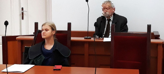 Były radny oskarża policjantów o tortury i nie przyznaje się do winy. Rozbiera się w sądzie pokazując swoje rany