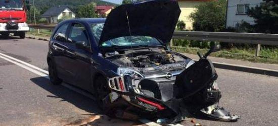 Motorowerzysta wjechał wprost pod samochód. Trafił do szpitala (ZDJĘCIA)