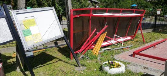 INTERWENCJA: Zniszczony przystanek. Nie ma kto posprzątać? (ZDJĘCIA)