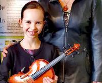 """Emilka gra na skrzypcach wykonanych przez swojego tatę. """"Kocha ten instrument, talent i praca to najlepsze połączenie"""" (ZDJĘCIE)"""