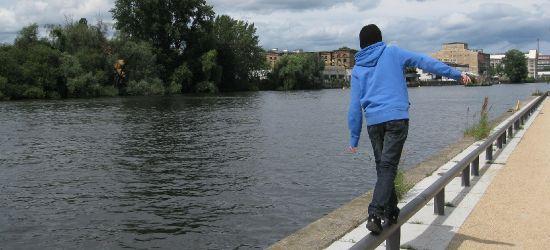 PODKARPACIE. Pili nad rzeką. Wpadli do wody podczas ucieczki przed policją