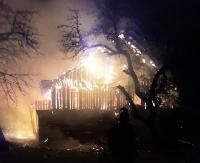 Pożar drewnianego budynku. W nocy z płomieniami walczyło 6 zastępów straży (ZDJĘCIA)