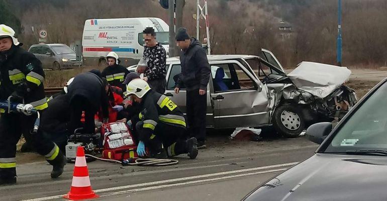 Groźna czołówka w Zagórzu. Jedna osoba uwięziona w pojeździe (FOTO)