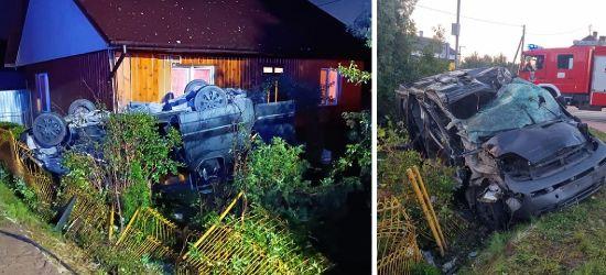 PODKARPACIE. Samochód wjechał w drewniany dom! Cztery młode osoby w szpitalu (ZDJĘCIA)