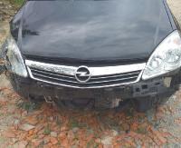 Opel zderzył się z koparko-ładowarką. 17-latka trafiła do szpitala (FOTO)