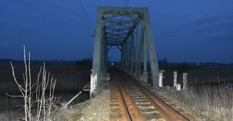 REGION. 20-latek spadł z mostu kolejowego na tory (FOTO)