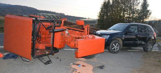 REGION: Osobówka zderzyła się z traktorem. Dwie osoby w szpitalu (ZDJĘCIA)