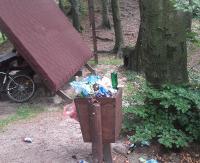 """INTERWENCJA: """"Śmieci wysypują się z koszy na trasie na Orli Kamień"""". Nadleśnictwo podkreśla, że hałdy odpadów są sporym kłopotem (ZDJĘCIA)"""