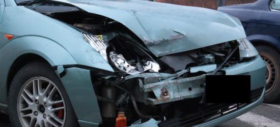 Niegroźna stłuczka. Kierowca pijany, poszukiwany, bez prawa jazdy