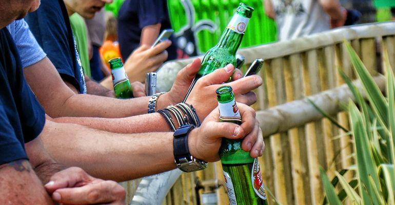 PODKARPACIE: W czterech pili alkohol przy ławce. Grozi im surowa kara!