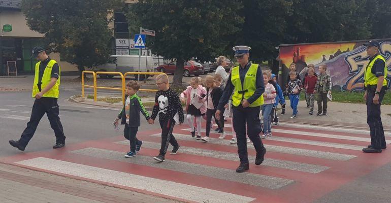 Sanoccy policjanci i bezpieczna droga do szkoły. Spotkania z najmłodszymi (ZDJĘCIA)