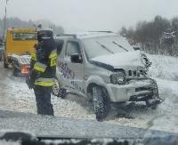 ATAK ZIMY: Śnieg na drogach. Terenówką wjechała pod samochód ciężarowy (ZDJĘCIA)