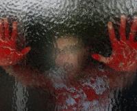 Wybił szybę w drzwiach i pokaleczył sobie ręce. Odnaleźli go policjanci leżącego w kałuży krwi