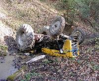 Ciągnik zsunął się ze skarpy i wpadł do potoku, kierowca był pijany