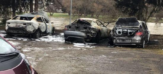 SANOK: Trzy spalone samochody na parkingu! (ZDJĘCIA)