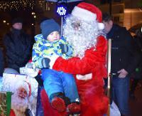 Wiele radości, słodkie niespodzianki i ogniowe show. Święty Mikołaj rozdawał prezenty na sanockim Rynku (FILM, ZDJĘCIA)