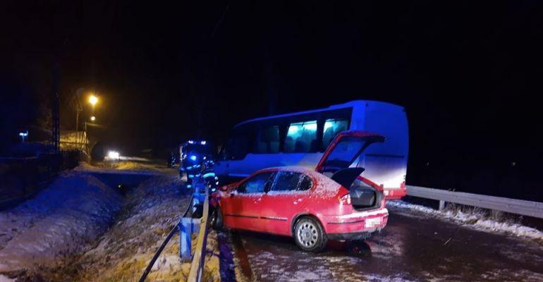 """PRUSIEK: Czołówka osobówki z autobusem. Kierujący seatem na """"podwójnym gazie"""" (FOTO)"""
