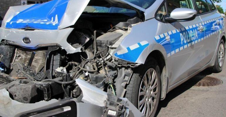 PODKARPACIE: Zasnął za kierownicą i uderzył w radiowóz
