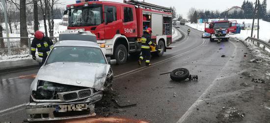 CZERTEŻ: Zderzenie BMW z seatem. Jeden z pojazdów dachował w przydrożnym rowie (FILM, ZDJĘCIA)